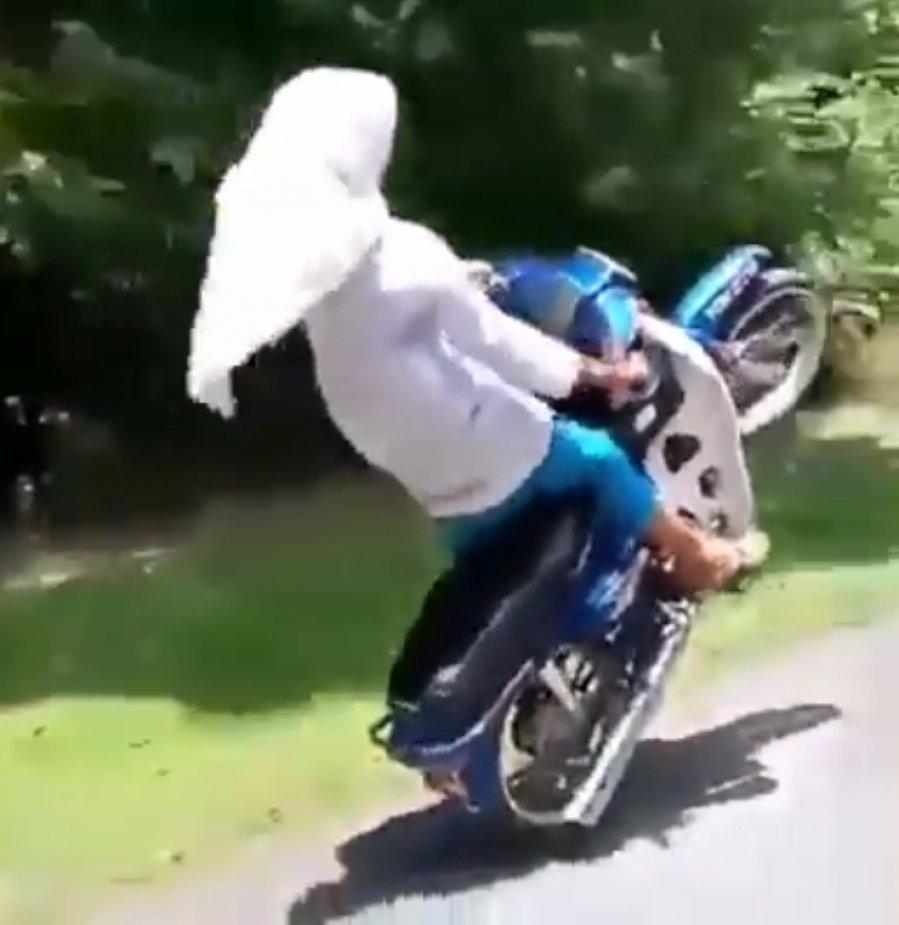 女学生玩命 骑摩哆耍特技