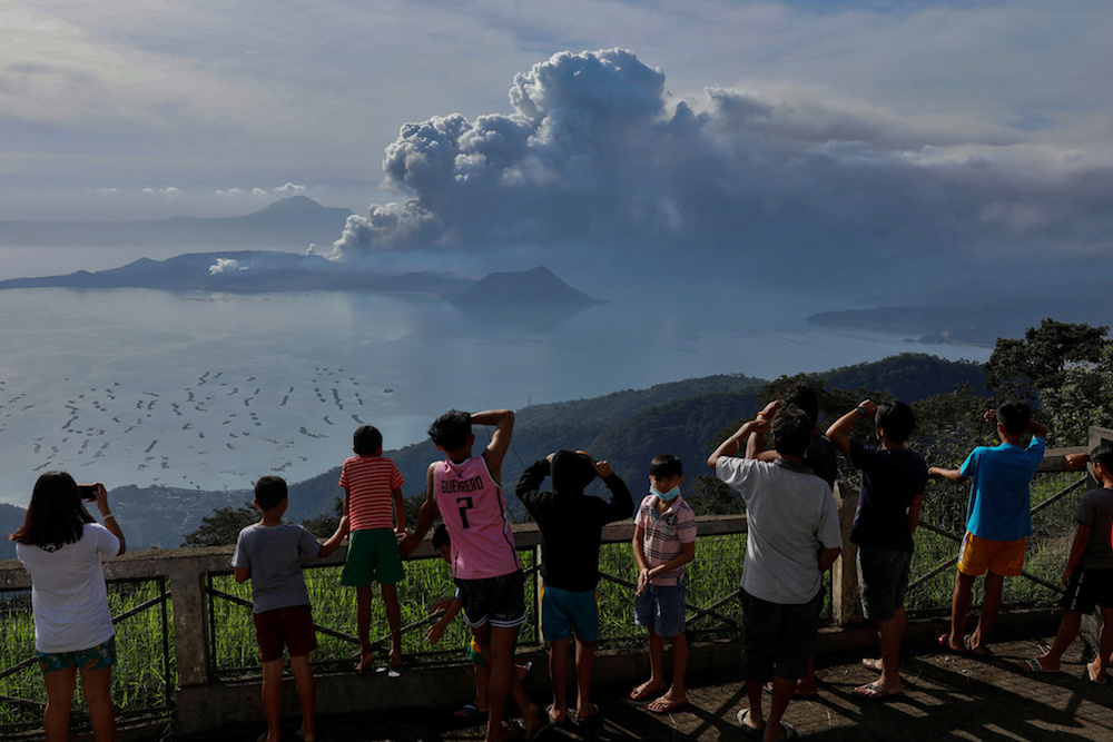 AirAsia, Malaysia Airlines cancel flights to Manila over volcanic eruption