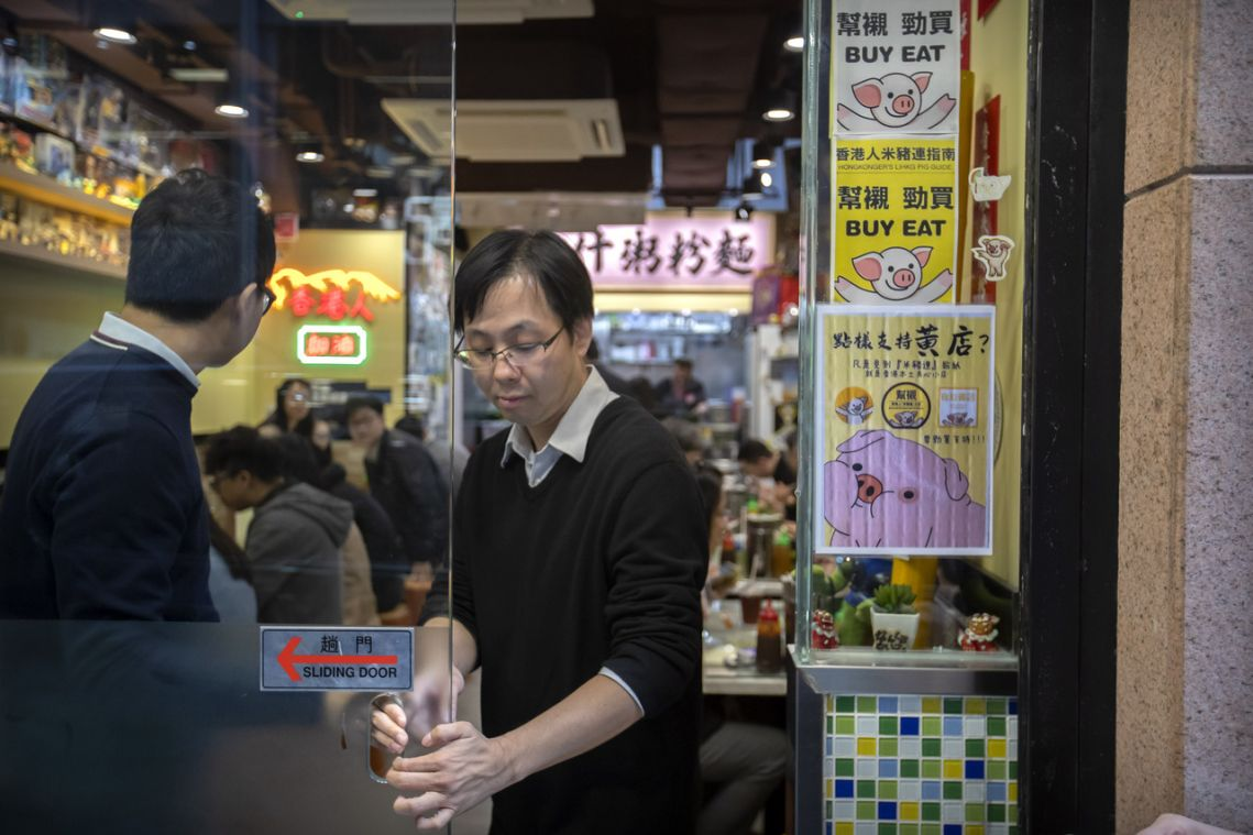 Hong Kong protest shoppers build 'yellow' economy, reward businesses that support their cause