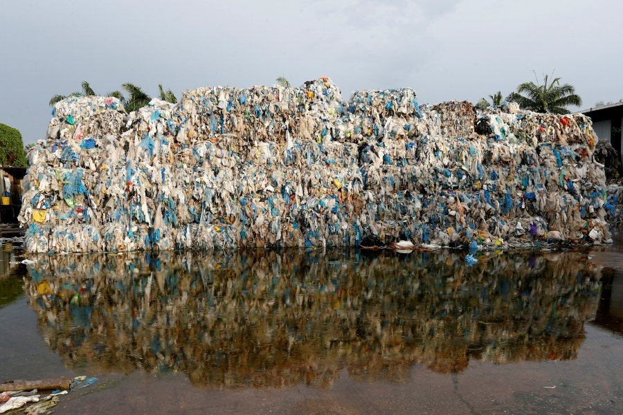 France takes back 43 illegal waste containers from Malaysia