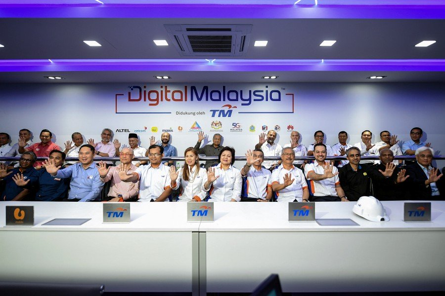 PM gets glimpse of 5G demo in Langkawi, happy with progress