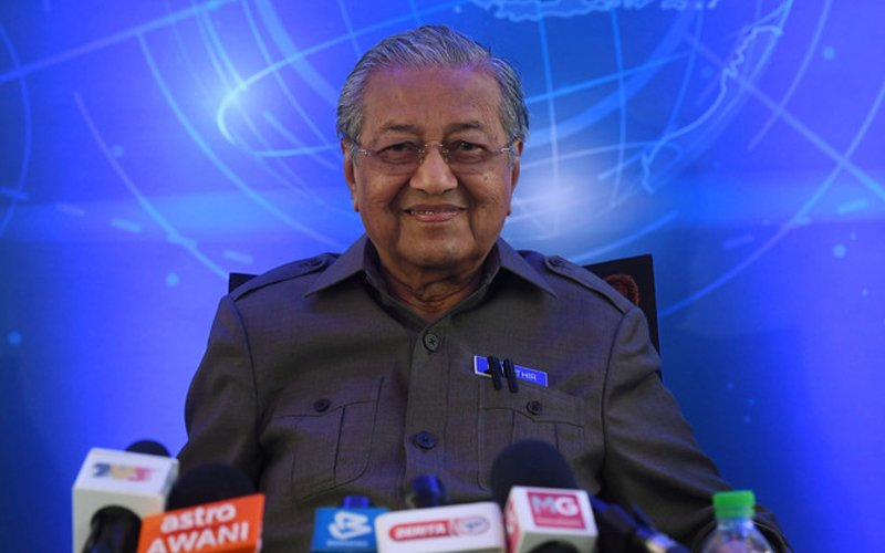 Mahathir takes a swipe at those who back Bossku