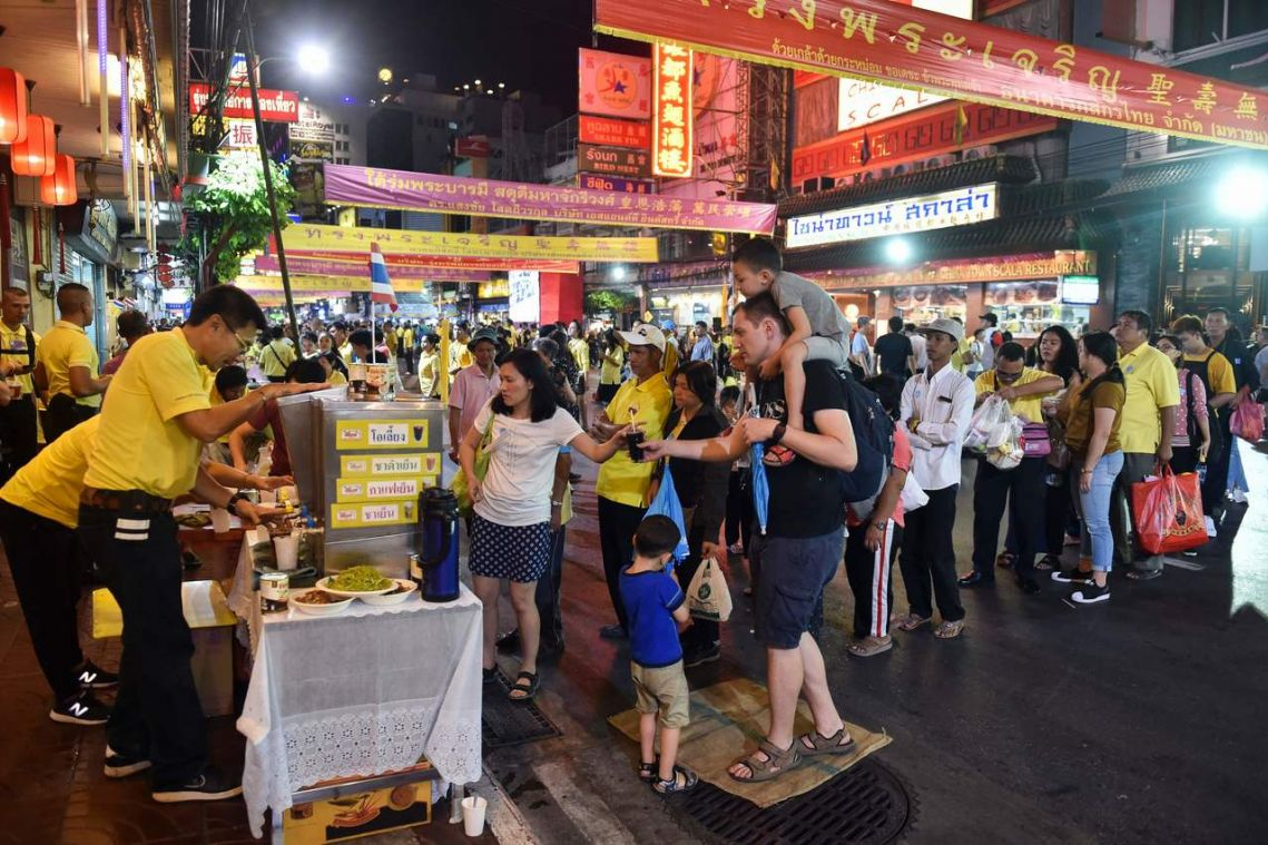 Bangkok street-food stalls try to give up plastic bags
