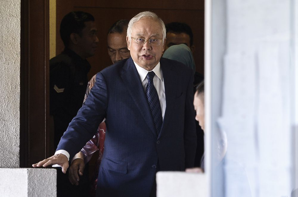 Stumbling for answers at SRC trial, Najib tries but fails to get pointers from own lawyers