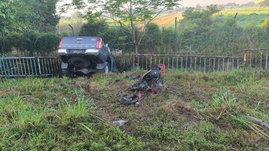 轿车逆驶撞死骑士 路人怒殴司机