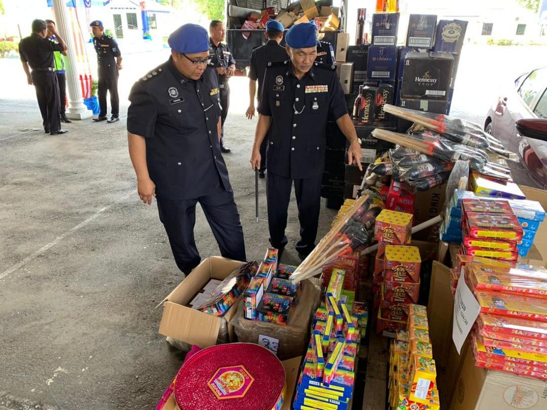 柔海事行动部队突击行动起获33万烈酒爆竹