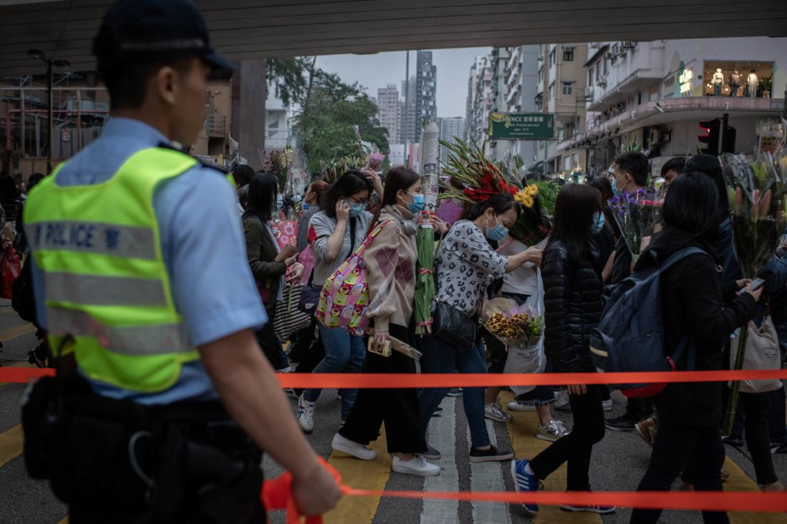 Hong Kong police fire tear gas to disperse Mong Kok protesters
