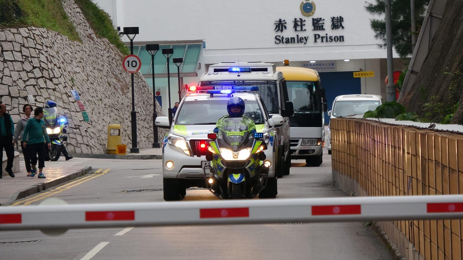 「新贼王」季炳雄出狱 车队离开赤柱监狱直驶机场