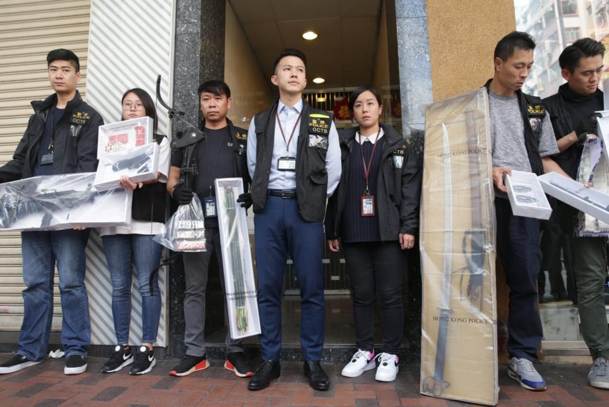 警拘3男1女检武士刀及仿制枪械 疑新年游行制造混乱