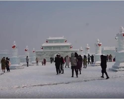 冰雕刻出城墻护河 山西冰雪世界迎新岁