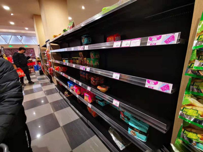 武汉市民戴口罩排队购物 即食面成抢购目标