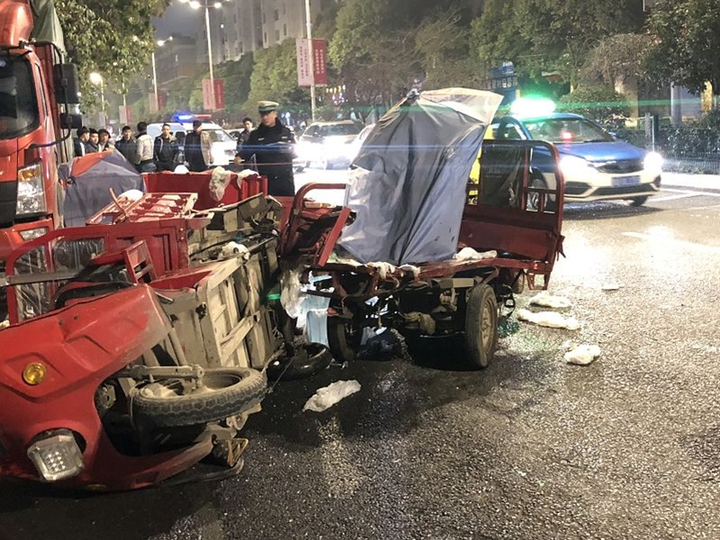 贵阳客货车撞5车后逃去 一人受伤