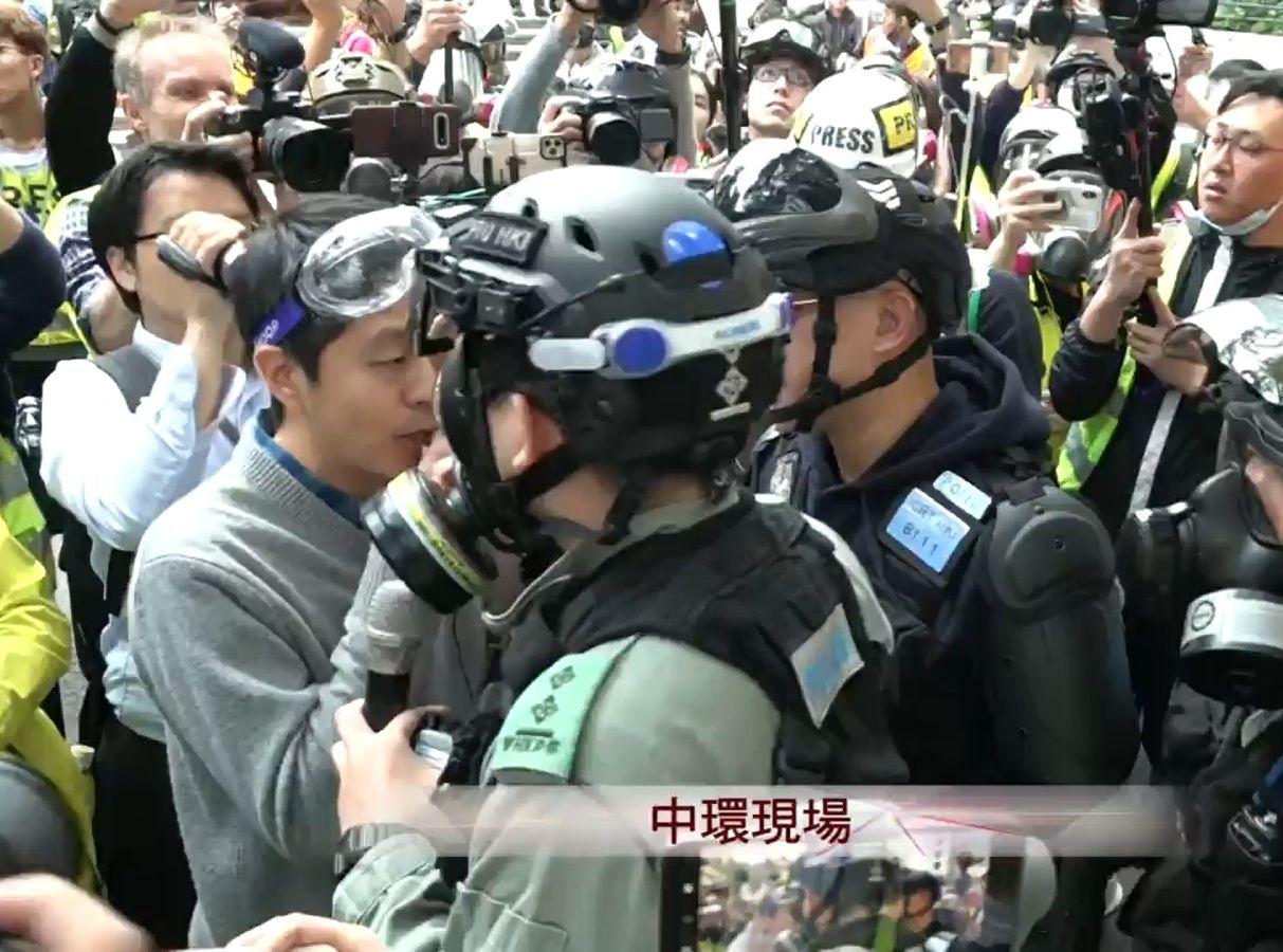 【修例风波】许智峯与在场警员口角 促警停止挑衅市民