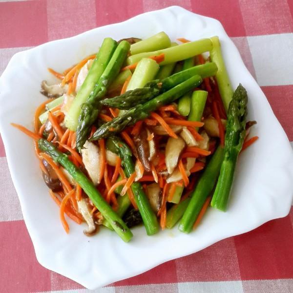 美食推荐:红烧鲤鱼,芦笋炒香菇,鸡丁小炒,肥肠豆腐煲