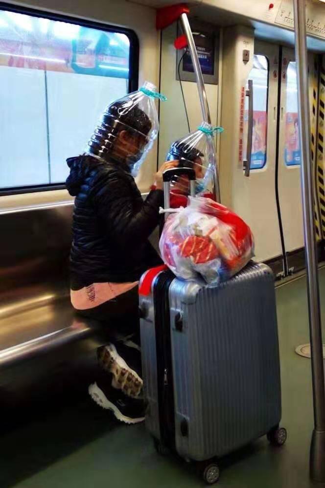 【维港会】内地市民矿泉水胶樽头套替口罩 港网民大赞有智慧