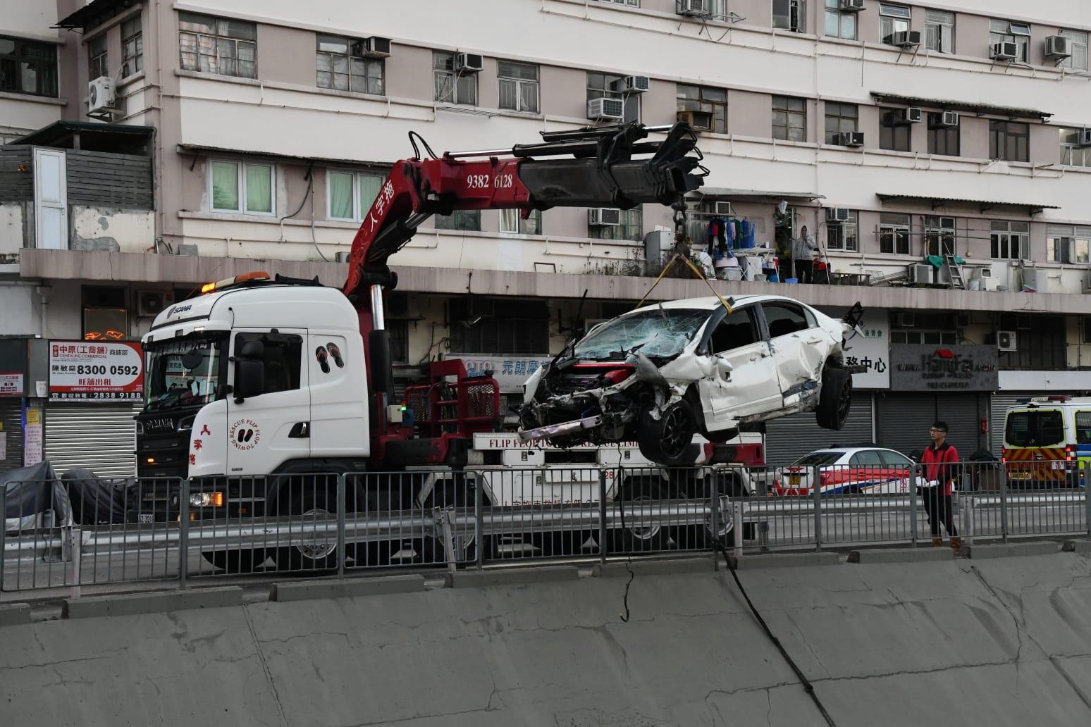 私家车元朗撞围栏飞堕明渠 22岁司机受伤一度被困