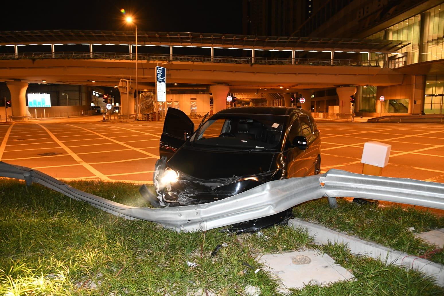 七人车佐敦剷上草坪撞栏 司机失踪
