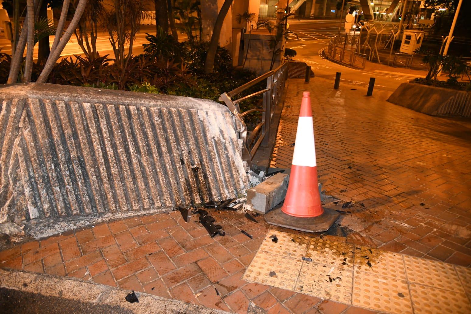 私家车金钟落斜扫栏撞石壆 25岁男司机涉酒驾
