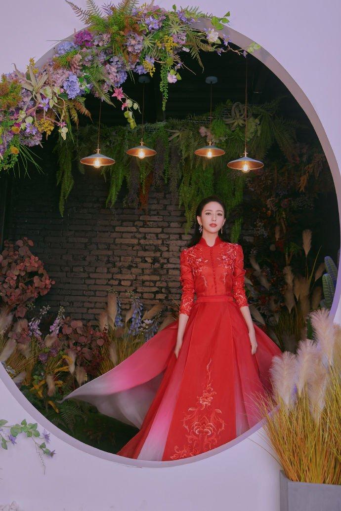 佟丽娅晒美照送祝福,穿刺绣红裙气质佳,妆容精致美貌动人