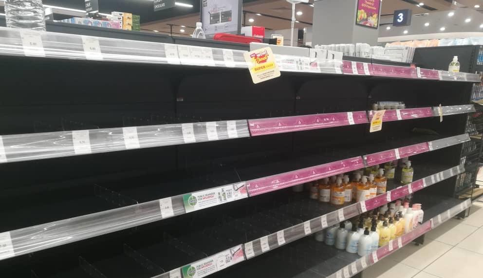 【新冠肺炎】狮城客越堤抢购囤货