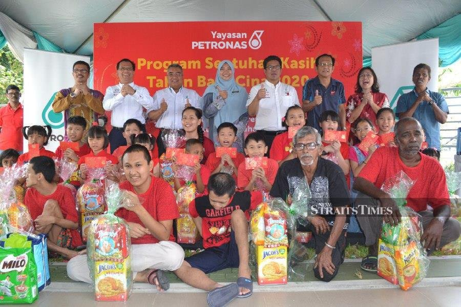 100 underprivileged folk receive 'ang pau' and hampers from Petronas