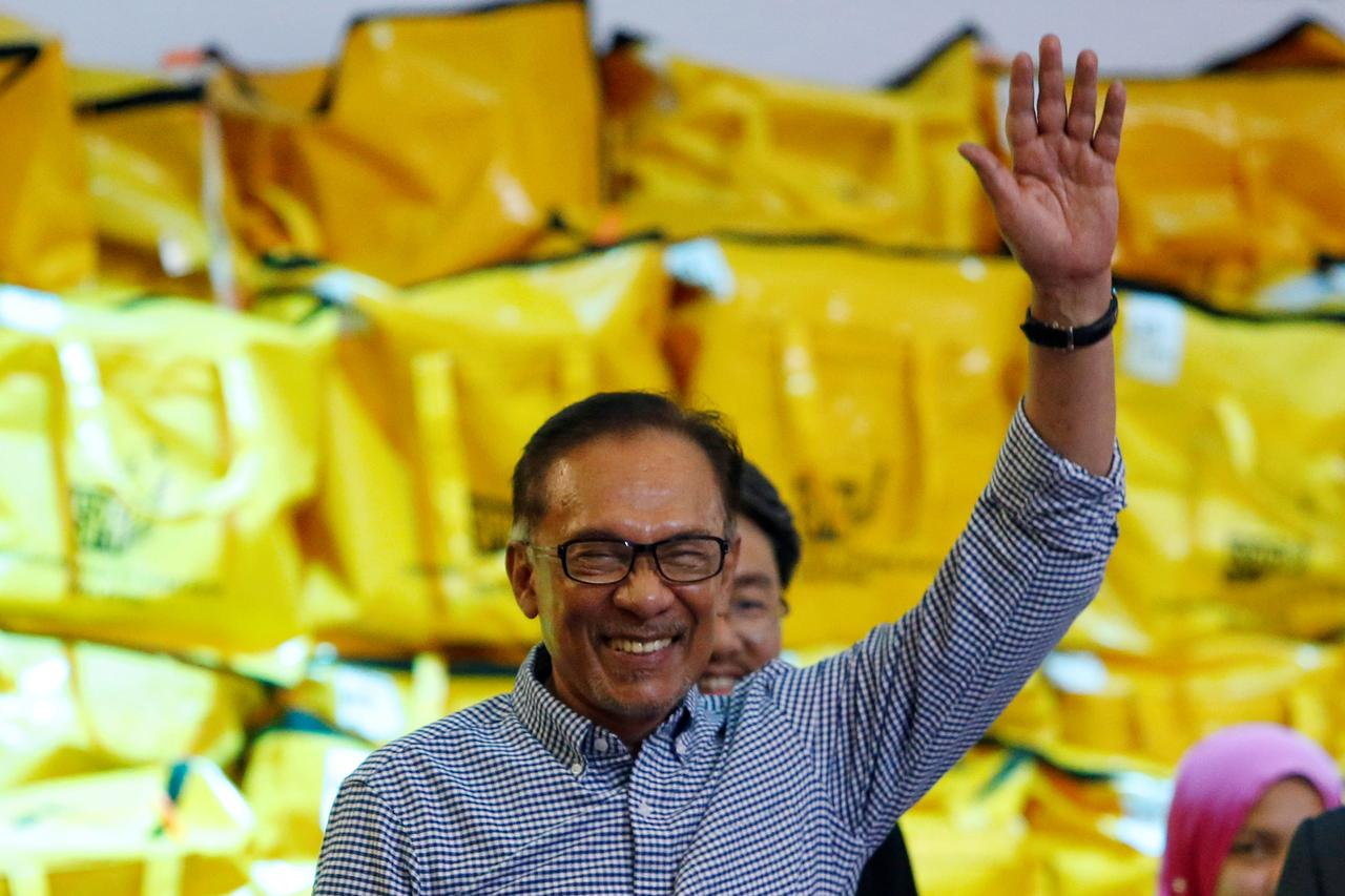 Power transition: Anwar inclined to wait until after APEC; PH to decide on Feb 21