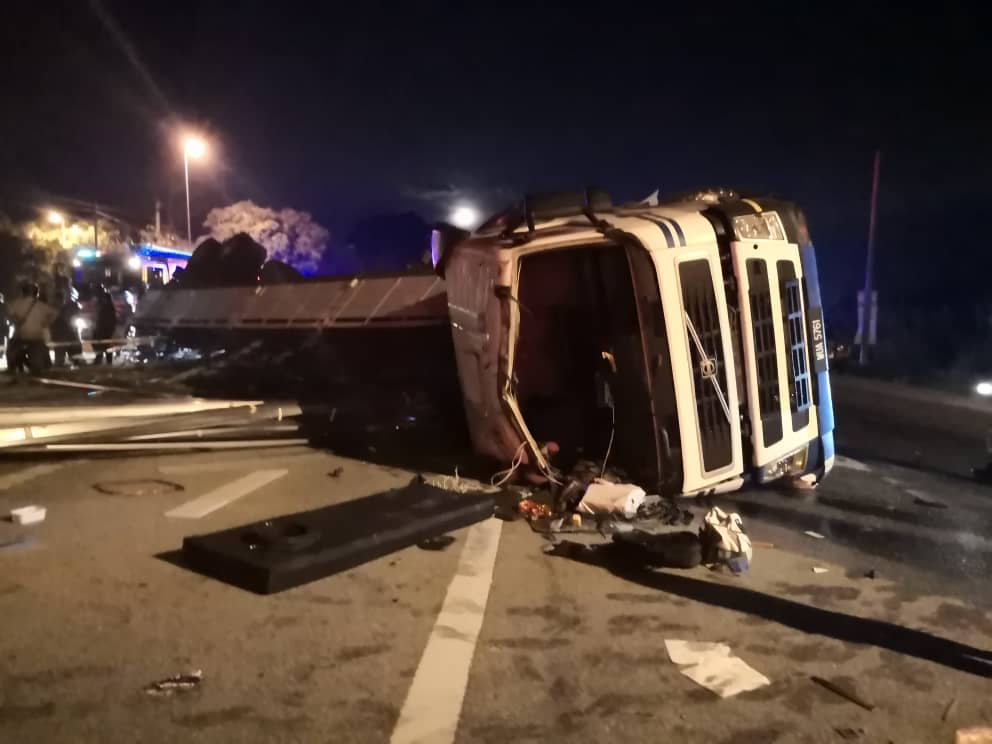 轿车遭失控罗里迎面相撞 警员一家4死1重伤