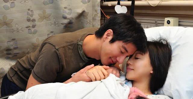 王力宏娇妻李靓蕾抱三个儿女沙发上合影,倡导素食生活却遭粉丝反对