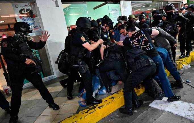 Manila mall hostage-taker surrenders