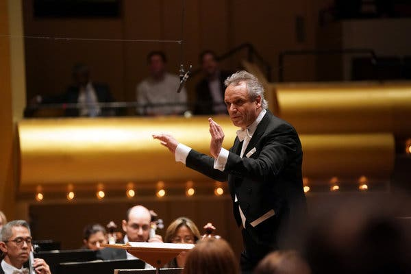 Review: A Conductor Makes His Philharmonic Debut, at Last