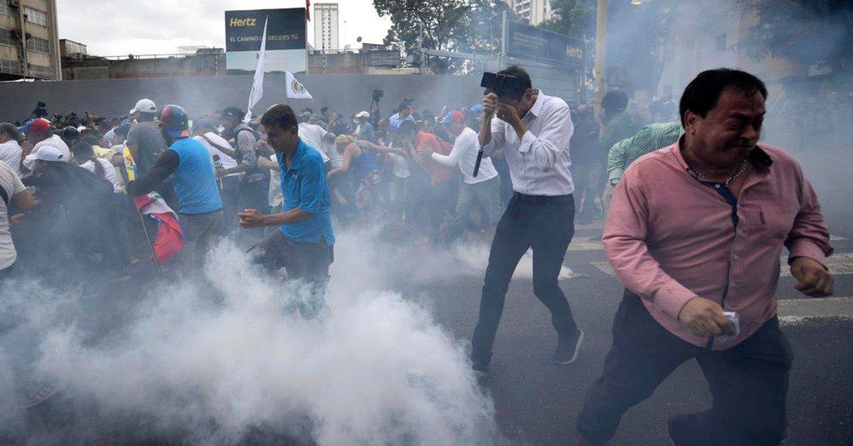 委内瑞拉反对派大游行 镇暴警察催泪弹阻挡
