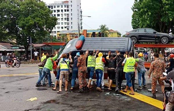 救护车闯红灯被撞侧翻 司机卡座位昏迷