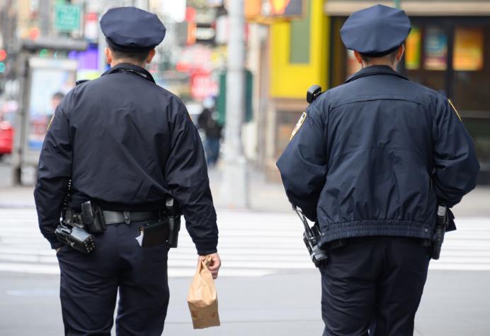 美国纽约市新冠肺炎确诊病例破2万 3200名警察请病假