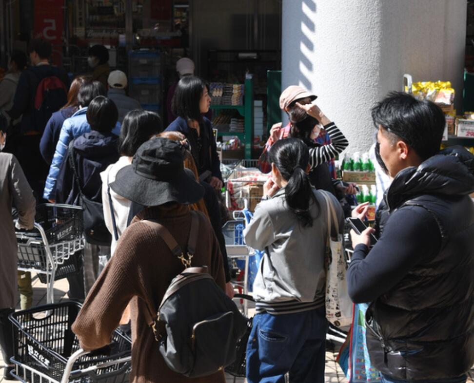 东京都建议居民周末避免外出 民众排长队抢购食品