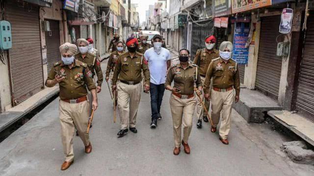 印度前线女医生上夜班被指违反宵禁令?警察殴打骚扰完道歉求原谅?