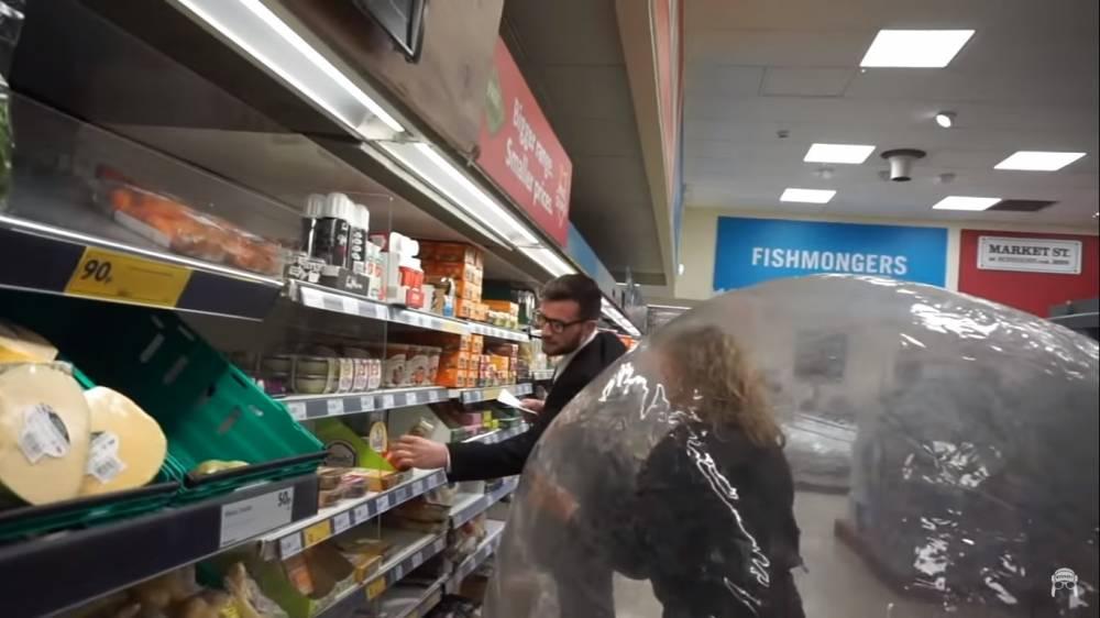 英妇女躲进太空球一路滚进超市!只因为太害怕冠状病毒但又想出门!