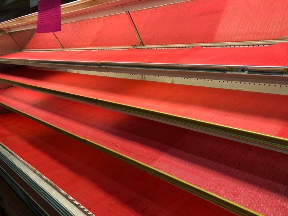 """女子买菜时故意对着货架疯狂咳嗽, """"我有新冠肺炎!""""吓傻顾客, 超市紧急扔掉RM15万商品!"""