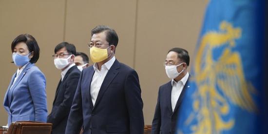 文在寅宣布向韩国七成家庭发钱:四口之家给100万韩元