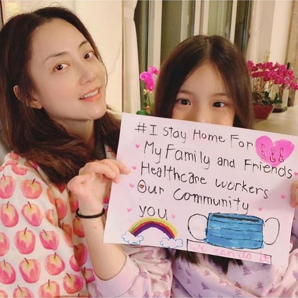 霍汶希素颜晒与女儿亲密合影 晒画呼吁家中避疫