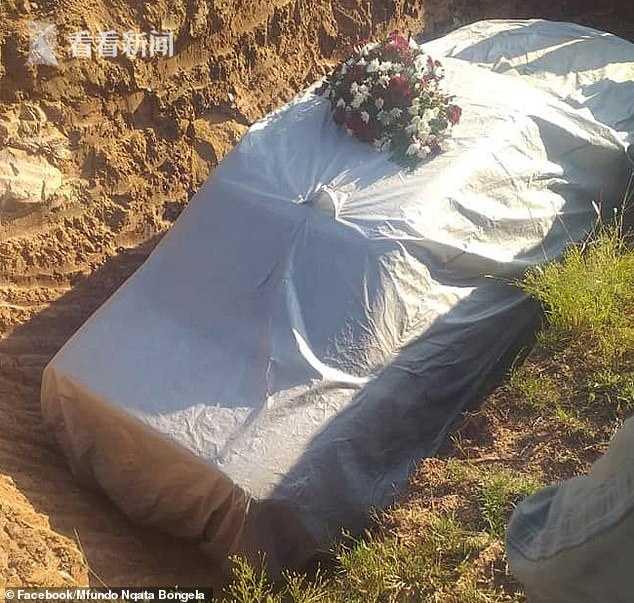 富豪死后坐奔驰车手握方向盘 连人带车一起下葬