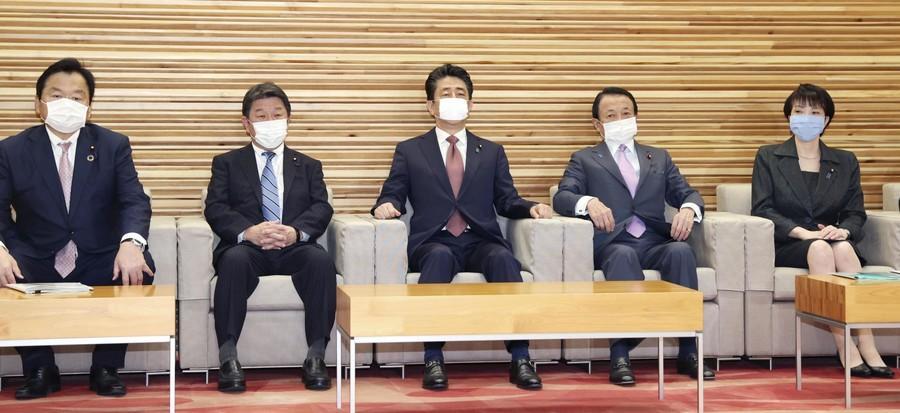 日本内阁记者会大变样:移至宽敞房间 进门测体温