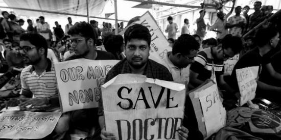印度医生正为新冠肺炎疑似病例问诊,被200人过来扔石块