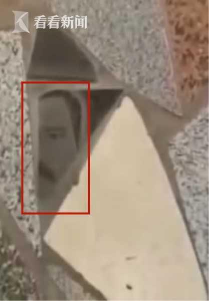 先父遗像剩半脸 变地砖遭众人踩 女儿报警结果呢