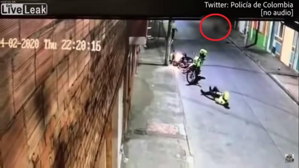 狂徒不顾宵禁令上街!被警察拦截还开枪,最终当场枪毙!