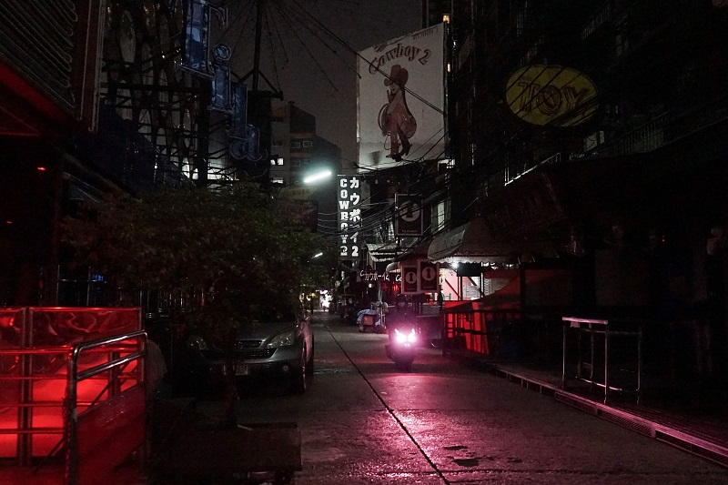 泰国红灯区因疫情停摆·性工作者走上街头讨生活