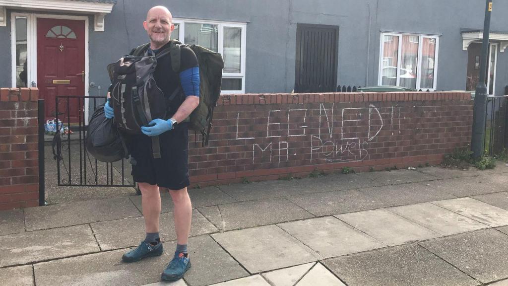 英国封城后男教师每天负重步行8公里为学生送餐 民众:他是英雄
