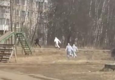 """俄罗斯疑似患者拒绝入院疯狂逃跑,3名 """"全副武装""""医生勐追"""
