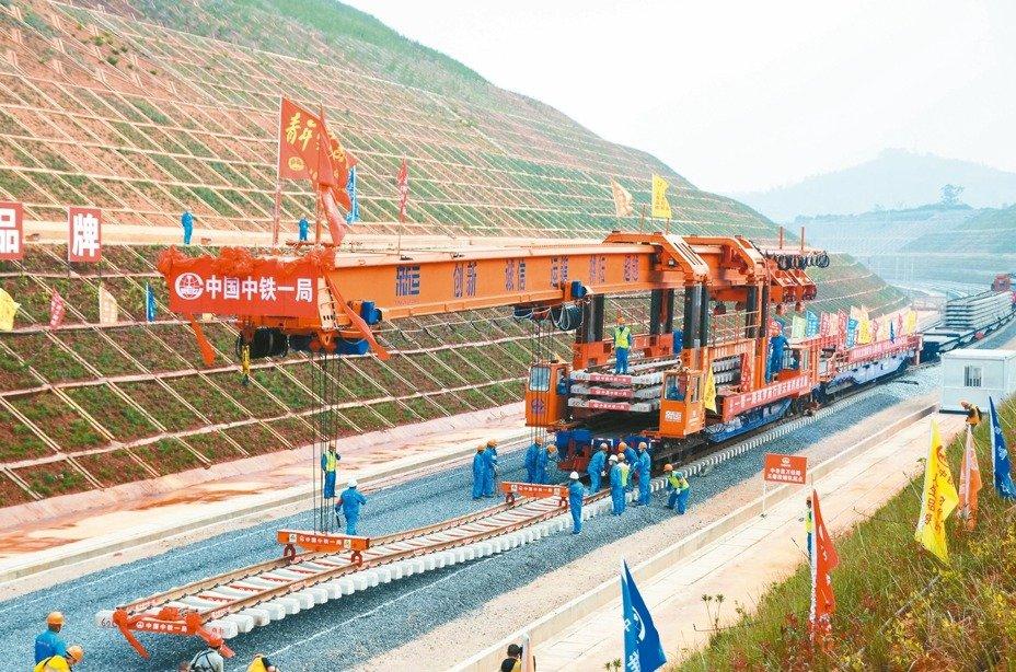 昆明至老挝铁路开始铺轨