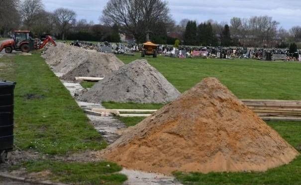 怕墓地不够用拼命挖坟屯墓地!发言人:这就是现实,我们需要准备好!