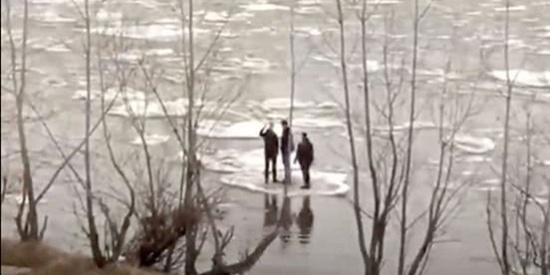 西伯利亚3青年浮冰作筏淡定顺流而下,网友:公交车票价又涨了?
